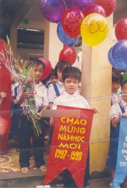 Bùi Anh Tuấn đi khai giảng, chào mừng năm học mới cùng bạn bè 22 năm trước. Anh sở hữu gương mặt bụ bẫm, đáng yêu lúc nhỏ.