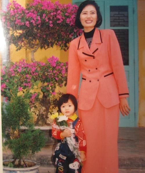 Vũ Hương Giang đứng bẽn lẽn bên mẹ. Cô thừa hưởng khuôn mặt xinh đẹp, chiều cao khủng từ mẹ ở hiện tại.