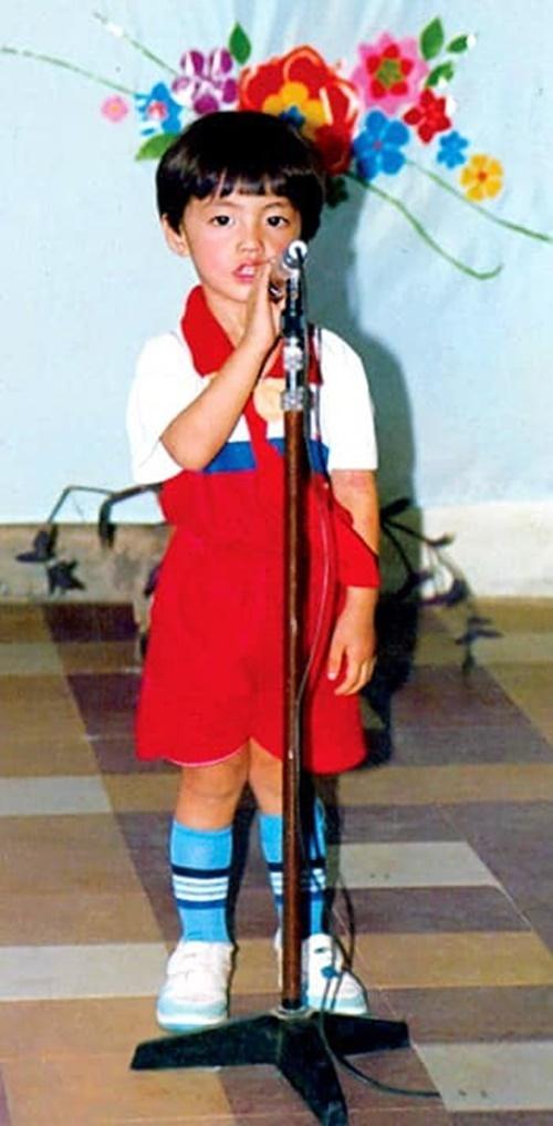Noo Phước Thịnh được cô bảo mẫu thoa son phấn, đội tóc giả, đưa lên sân khấu trình diễn. Nam ca sĩ sở hữu gương mặt khôi ngô, tuấn tú từ nhỏ.