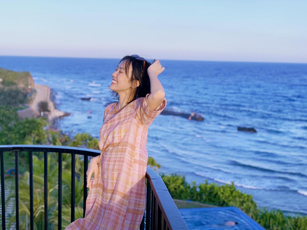 Diệu Nhi tận hưởng không khí trong lành ở biển.