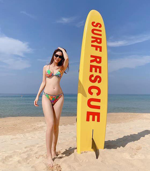 Diễm My 9x diện bikini khoe đường cong trên bãi biển.