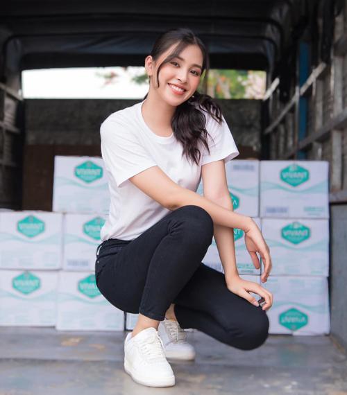 Hoa hậu Tiểu Vy mặc áo trắng, quần jeans đơn giản khi đi từ thiện nhưng vẫn rất xinh tươi.