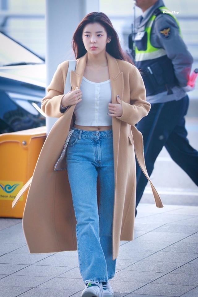 Trong những lần trang điểm sương sương trên đường đi làm hay ra sân bay, cô nàng đều được khen về mặt mộc khỏe mạnh, đẹp tự nhiên.