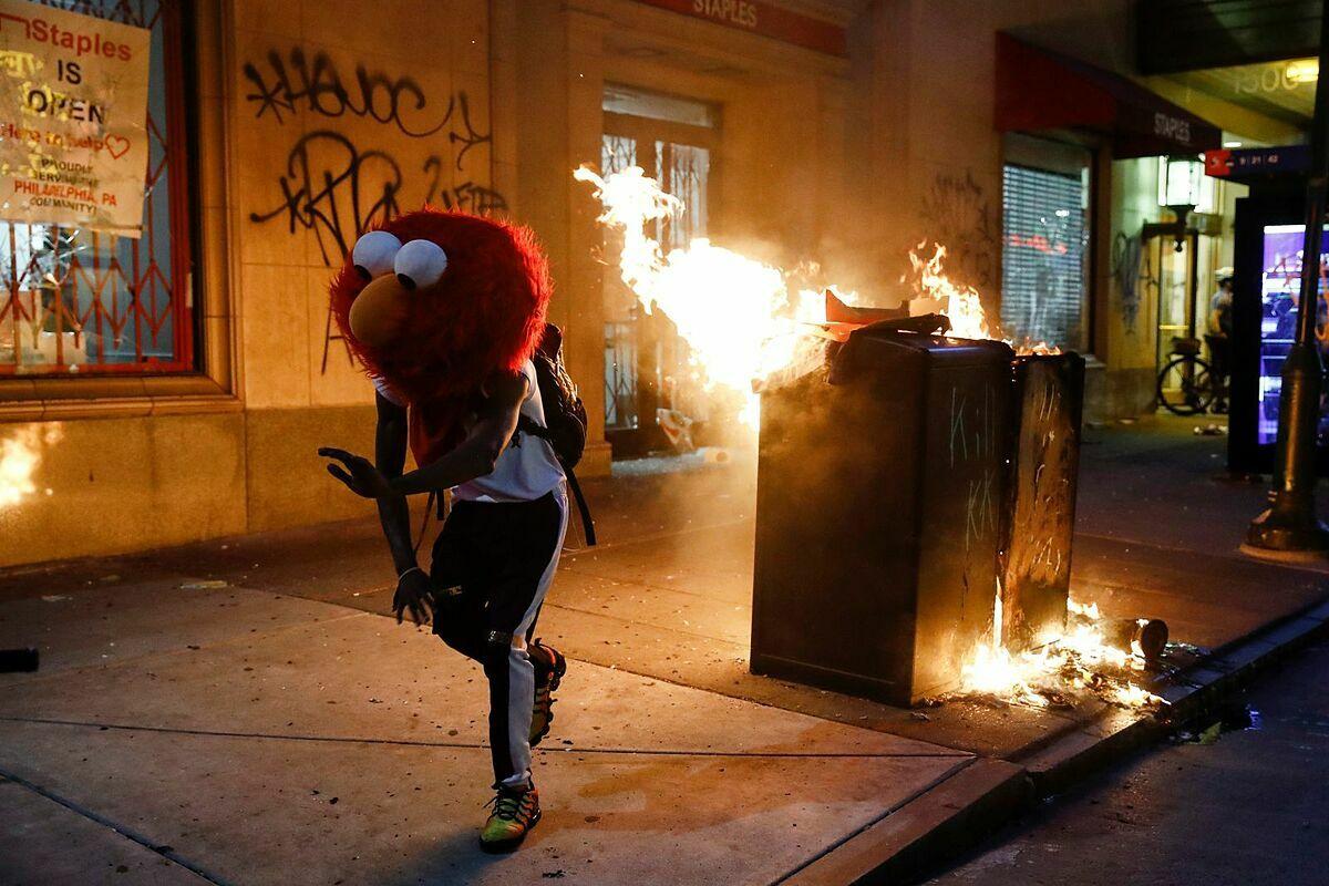 Một người biểu tình đeo mặt nạ Elmo ở Philadelphia ngày 30/5. Ảnh: AP.