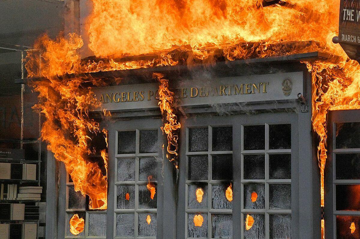 Một kiosk của Sở Cảnh sát Los Angeles bị đốt cháy tại trung tâm mua sắm The Grove trong cuộc biểu tình hôm 30/5. Ảnh: AP.