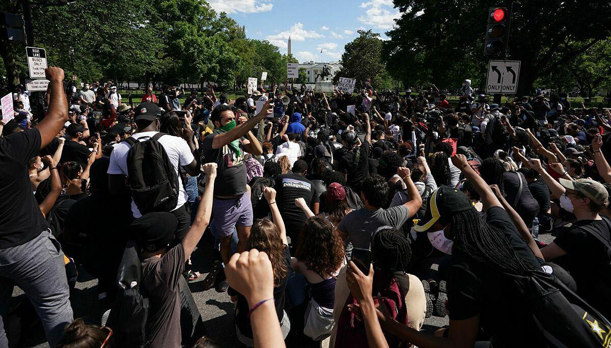 Đám đông biểu tìnhgần Nhà Trắng ở Washington, DC, hôm 31/5. Ảnh: AFP.