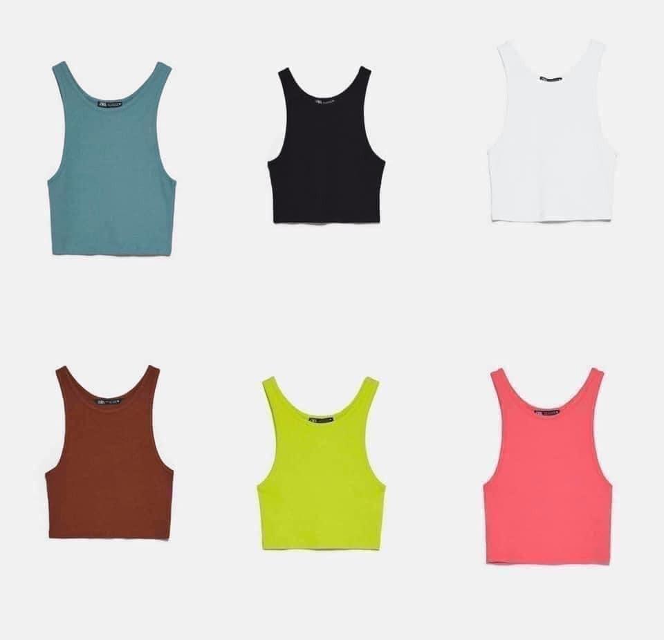 Thun gân là chất liệu thường được ứng dụng để tạo nên những chiếc áo ba lỗ ôm sát, tôn vòng một và không bị thừa ở phần eo. Kiểu áo này rất lý tưởng để mix cùng trang phục rộng rãi, tạo nên set đồ đơn giản mà đẹp mắt cho ngày nóng. Mẫu tank top thun gân của Zara đang được bán với giá 300k, nhiều màu sắc neon rất đúng trend.