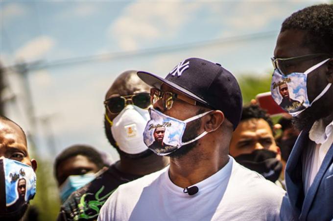 """<p class=""""Normal"""">Terrence đeo khẩu trang có in hình em trai cùng dòng chữ """"Chúng ta không thể thở"""". Trong bài chia sẻ, anh cảm ơn sự ủng hộ của đám đông, kêu gọi mọi người tiếp tục gây sức ép để đòi công lý cho em trai. Tuy nhiên, anh bày tỏ hy vọng về các cuộc biểu tình ôn hòa. """"Điều ấy chẳng thể mang em tôi trở lại. Bởi vậy, hãy làm theo cách khác"""".<span> </span></p>"""