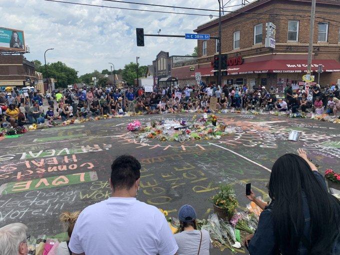 """<p class=""""Normal""""><a href=""""https://ione.net/cai-chet-cua-george-floyd/topic-24724.html"""" rel=""""nofollow"""">Cái chết của George Floyd</a> <span>châm ngòi cho các cuộc biểu tình tại ít nhất 140 thành phố trên khắp nước Mỹ và thu hút sự chú ý của thế giới.</span>Người đàn ông da màu bị cảnh sát Derek Chauvin ghì đầu gối lên cổ trong 8 phút 46 giây, dù đã cầu xin """"làm ơn, tôi không thể thở"""". <em>CNN </em>dẫn lời luật sư Ben Crump cho hay, tang lễ của George Floyd sẽ được tổ chức vào9/6 tại quê nhà Houston. Một buổi lễ tưởng niệm sẽ được tổ chức tại Minneapolis vào4/6.</p>"""