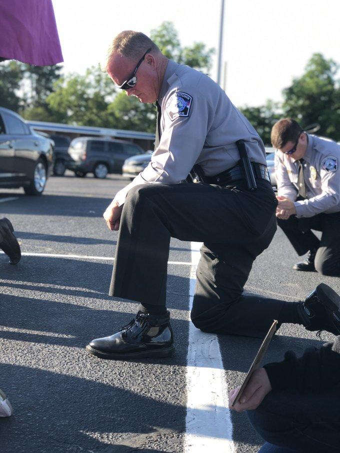 """<p class=""""Normal""""><span>Từ New York tới Des Moines rồi Spokane, nhiều thành viên của lực lượng thực thi pháp luật đã quỳ gối vìGeorge Floyd. Cảnh sát trưởng New YorkMonahan cũng quỳ cùng người biểu tìnhbên ngoài Công viên Quảng trường Washington và kêu gọi người dân chấm dứt biểu tình bạo lực. """"Chúng ta đềubiết những cảnh sát liên quan sự việc ở Minnesota đã sai. Họ đã bị bắt, đúng như những gì họ phải chịu"""",Monahan nói.</span></p>"""