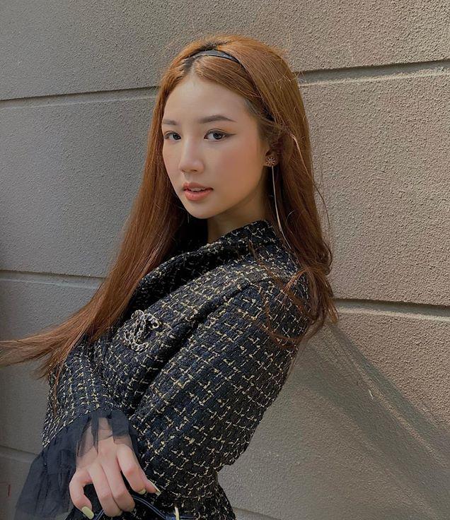 Diện áo khoác vải tweed kết hợp cài áo Chanel và bờm nhựa, Amee có phong cách chuẩn high teen, không kém các nữ hoàng trường học trong phim teen Mỹ.