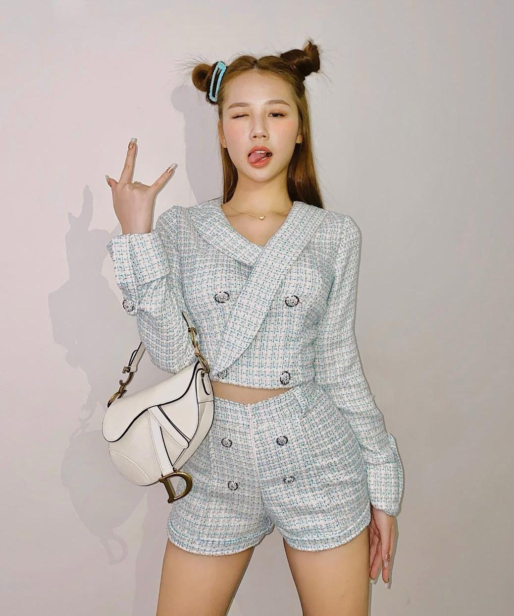 Bản sao Jennie có cả bộ sưu tập trang phục vải tweed, giúp cô nàng định hình phong cách quý tộc nhưng vẫn có nét gợi cảm, cá tính.