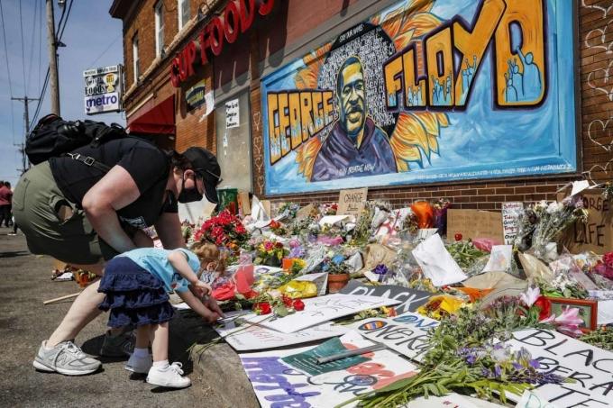 """<p class=""""Normal"""">Những ngày qua, nhiều người dân đãmang hoa, nến đến ngã tư Minneapolis, thành phố Minnesota - nơi xảy ra sự việc - để cầu nguyện cho Floyd.</p>"""