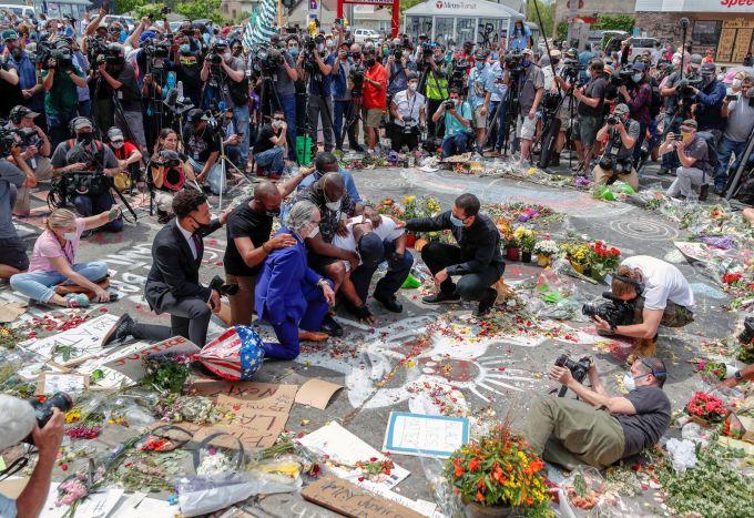 """<p class=""""Normal"""">Terrence xúc động đến nỗi hai người đàn ông đứng cạnh phải dìu để anh không gục xuống. Terrence khóc, quỳ xuống và cầu nguyện giữa nền gạch ngập hoa, nến. Đám đông xung quanh cũng thể hiện tâm trạngbuồn bã. <br /> </p>"""