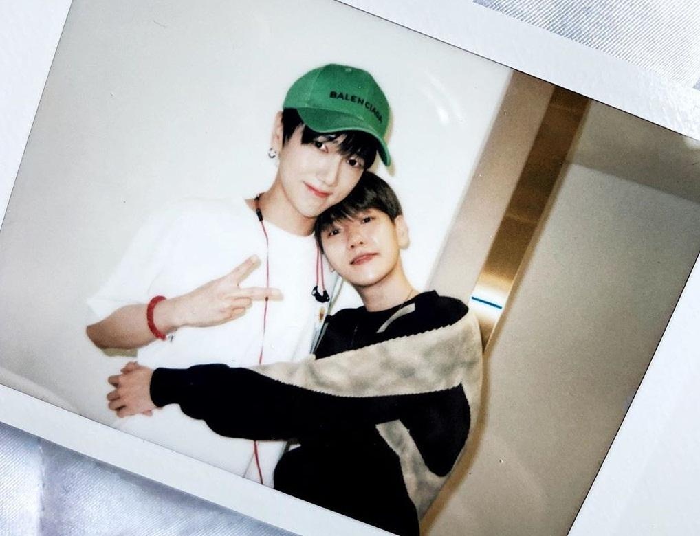 Baek Hyun ôm đàn anh Ye Sung (Super Junior) tình cảm.