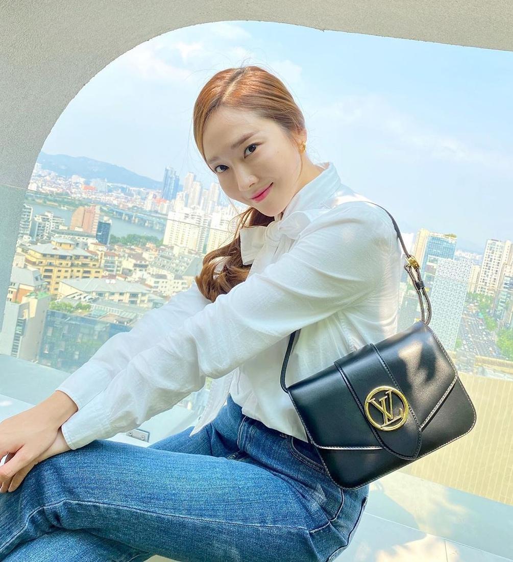 Jessica cũng sở hữu một chiếc túi giống hệt cô em Krystal. Phần quai dài được người đẹp biến tấu thành quai ngắn để đeo kiểu kẹp nách sành điệu.