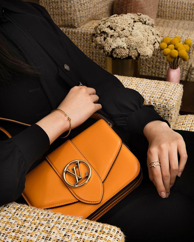 Những đường nét cong tròn, tinh tế của LV Pont 9 trở nên sống động hơn nhờ chất liệu da bê mềm mịn, được điểm trang với logo LV lồng vào nhau trong vòng trong bằng kim loại ánh vàng độc quyền, vốn thuộc kho lưu trữ từ những năm 1930 được Giám đốc sáng tạo Nicolas Ghesquière ứng dụng lên nắp khóa giữa túi và dây đeo. Bên trong túi cũng được làm bằng da bóng mượt với màu sắc đẹp mắt, thiết kế thông minh với hai ngăn túi tiện lợi.