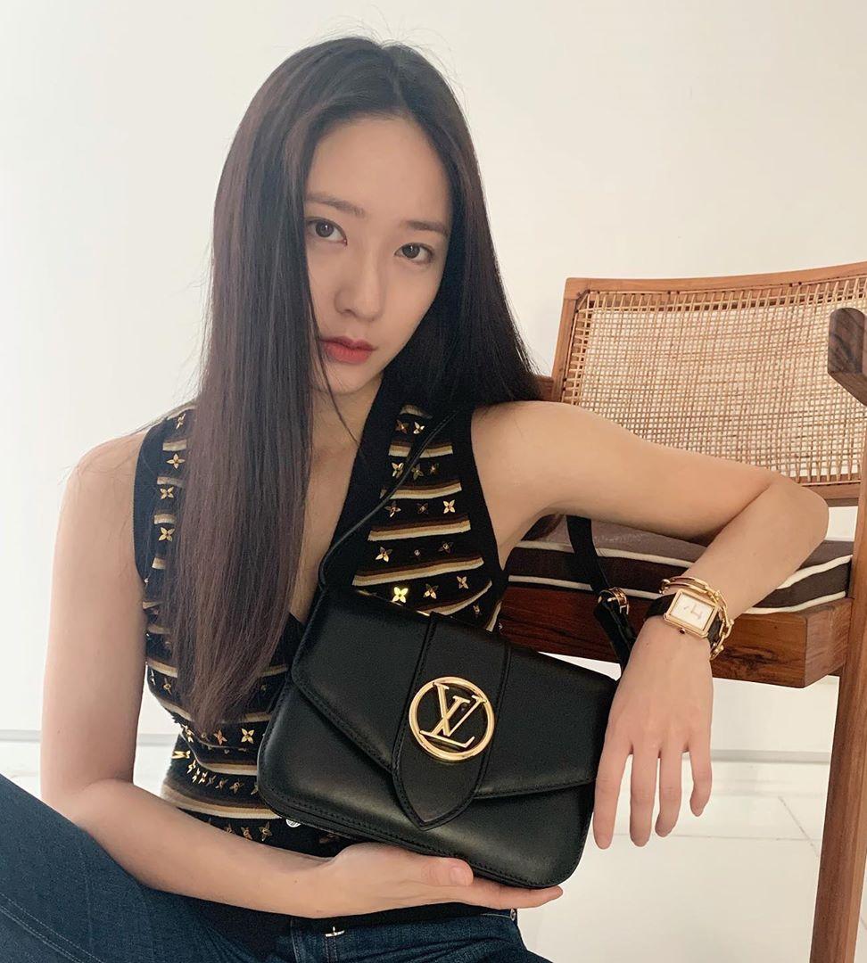 Dù có mức giá lên tới 3.900 USD (hơn 90 triệu đồng), chiếc túi kết tụ tinh hoa của Louis Vuitton vẫn được nhiều fashion icon mê mệt. Krystal lăng xê dòng túi phiên bản màu đen, rất hợp với vẻ đẹp cổ điển của cô nàng.