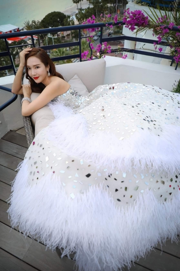 ên hoan phim Cannes năm 2019, Jessica Jung khiến mọi người choáng ngợp với vẻ đẹp sắc sảo. Thiết kế đầm dạ hội Haute Couture của Rami Kadi với hàng chục ngàn tinh thể pha l và lông vũ góp phần giúp Jessica Jung tỏa sáng hơn.