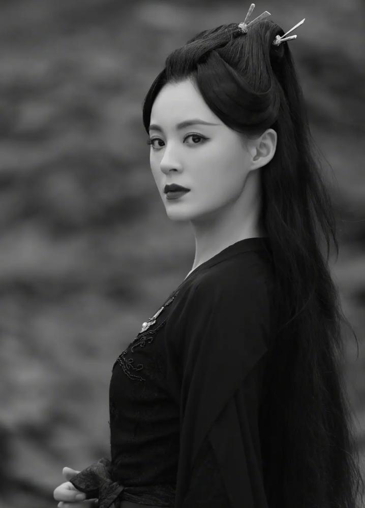 Tuy nhiên, khi tạo hình diễn viên được tung ra, nhan sắc của Tiểu Long Nữ đã bị Lý Mạc Sầu đè bẹp. Nữ diễn viên Mao Lâm Lâm trong vai Lý Mạc Sầu được tạo hình sắc sảo, bộ đồ đen cũng làm nổi bật khí chất mạnh mẽ, quyến rũ của nhân vật này.