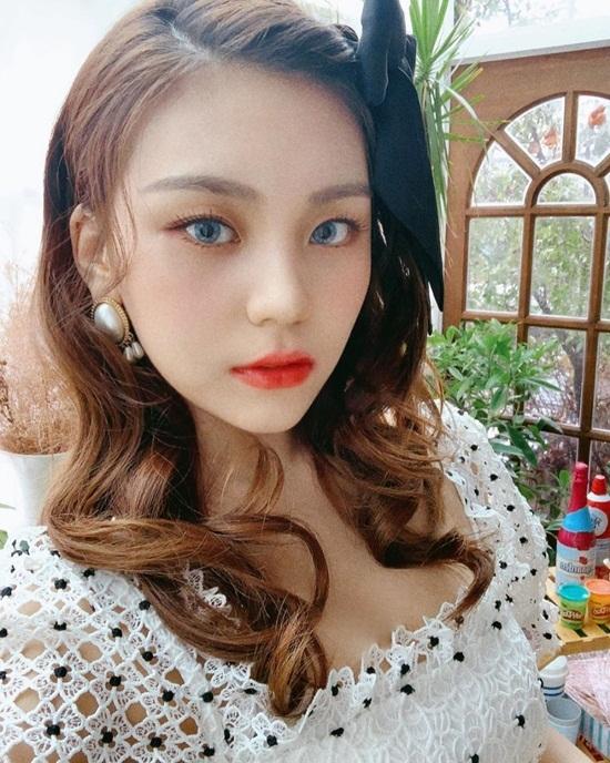 Um Ji khiến fan trầm trồ với phong cách trang điểm, làm tóc như quý cô châu Âu.