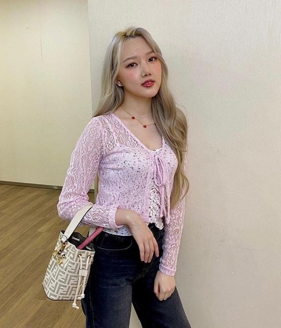Ye Rin kết hợp áo hai dây và áo ren mát mẻ theo phong cách high teen những năm 2000.