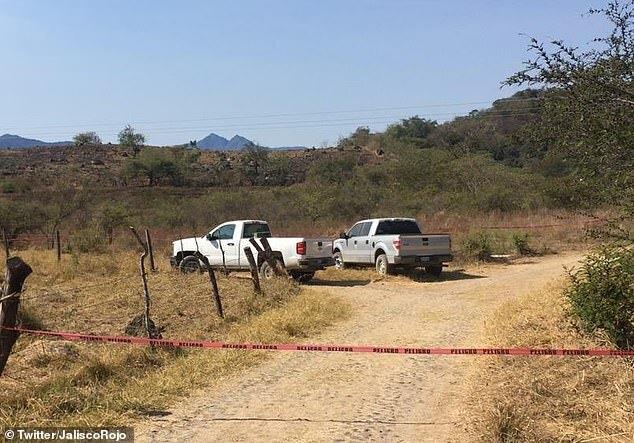 Hai chiếc bán tải của cảnh sát bị bỏ lại ở Colima.