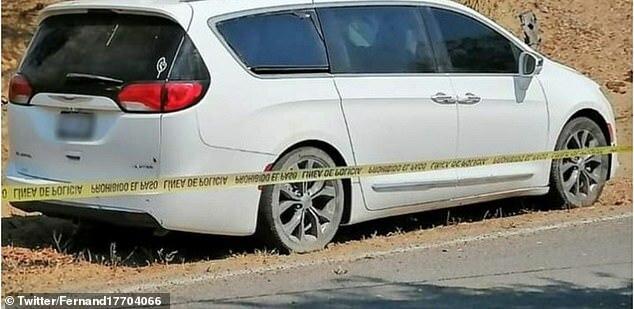 Chiếc xe van bốc mùi hôi thối đậu tại sân bóng thị trấn Cedros, bang Colima.