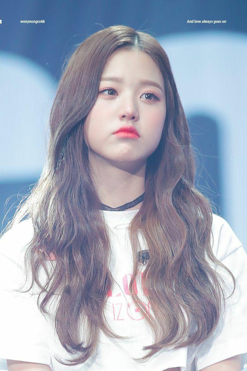 Jang Won Young từnggây tranh cãi khi giành ngôi vị quán quân của Producer 48 hồi 2018. Nhiều người cho rằng nữ idol sinh năm 2004 không xứng đáng với vị trí center bởi kỹ năng ca hát, vũ đạo đều kém cỏi. Khi debut, Jang Won Young cũng không tránh khỏi sự ánh mắt xăm soi, miệng lưỡi chỉ trích của Knet. Cô nàng từng dínhphốt thái độ khi liên tục lườm nguýt các đàn chị là Nako và Ahn Yoo Jin.