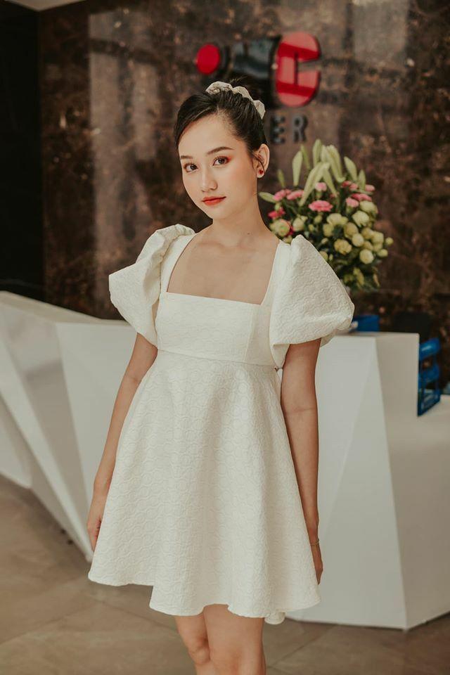 Cũng vì vẻ ngọt ngào mà nó mang lại, váy cổ vuông tay bồng được nhiều tín đồ thời trang Việt yêu thích năm nay. Từ dáng xòe như Trúc Anh...