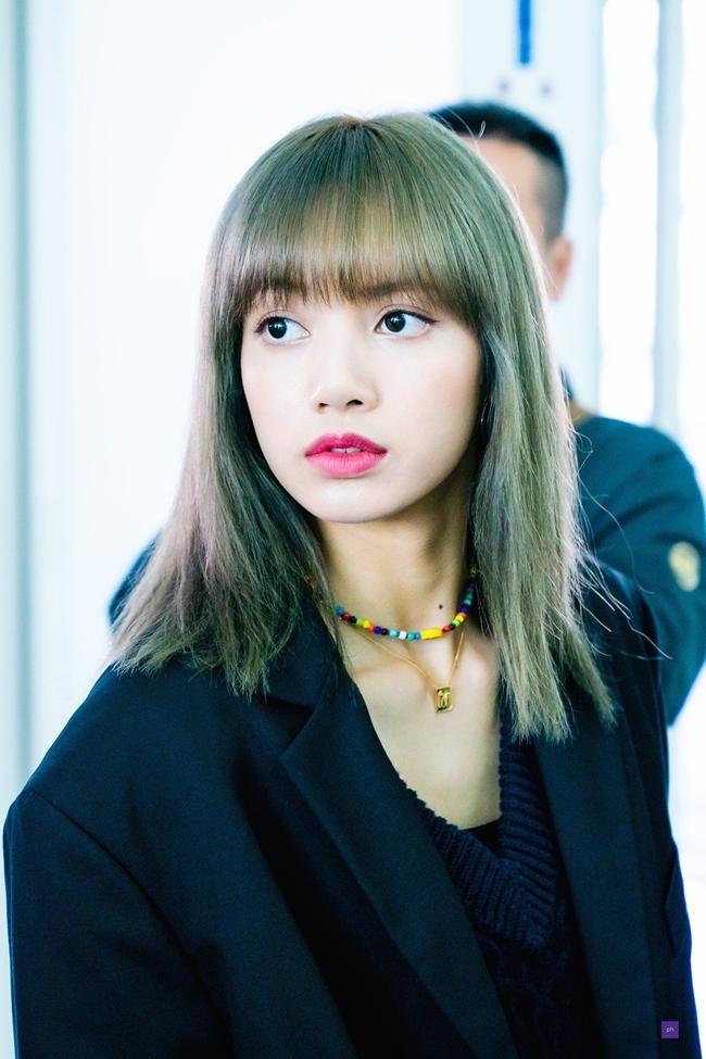 Lisa là idol có quốc tịch Thái Lan nên thường chịu sự phân biệt chủng tộc của netizen Hàn. Nhiều người chê bai ngoại hình đậm chất Đông Nam Á, gầy như que củi của Lisa với những bình luận tiêu cực, ác ý. Anti cũng thường xuyên chê bai tài năng thường thường bậc trungcủa Lisa, cho rằng cô nàng được fan tâng bốc quáđà, được tung hô quá mức so với kỹ năng thực.
