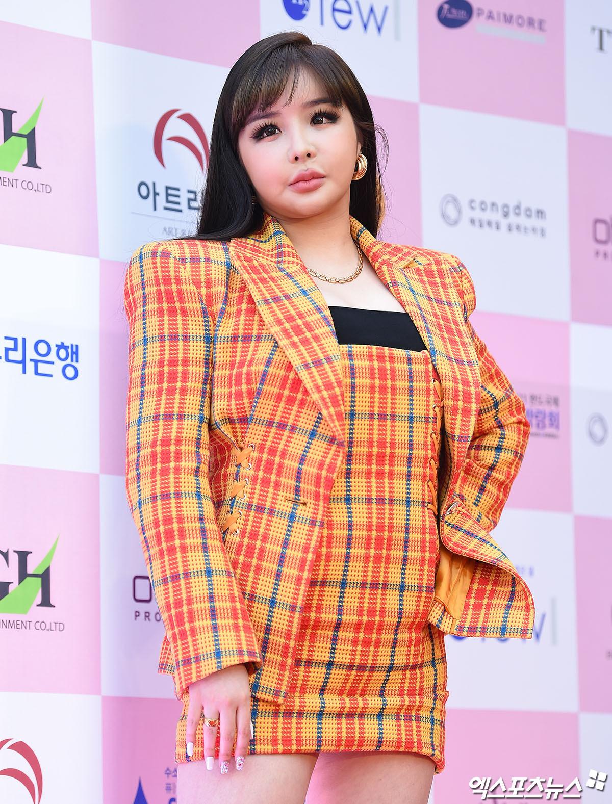Ngày 3/6, Park Bom xuất hiện trên thảm đỏ lễ trao giảiGrand Bell Awards. Gương mặt sưng vù, biến dạng cùng thân hình đồ sộ của nữ ca sĩ khiến công chúng ngỡ ngàng, không ngừng bàn tán.