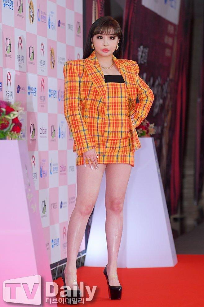 Sau khi rời YG, Park Bom chật vật tìm đường trở lại âm nhạc nhưng chưa thành công. Gương mặt ngày càng khác lạ lại trở thành chủ đề bàn tán nhiều hơn.