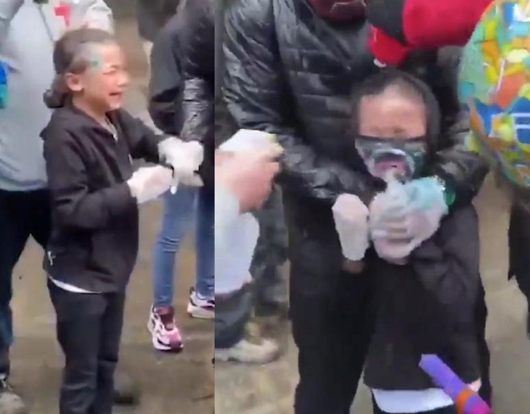 Bé gái khóc khi bị xịt hơi cay vào mắt.
