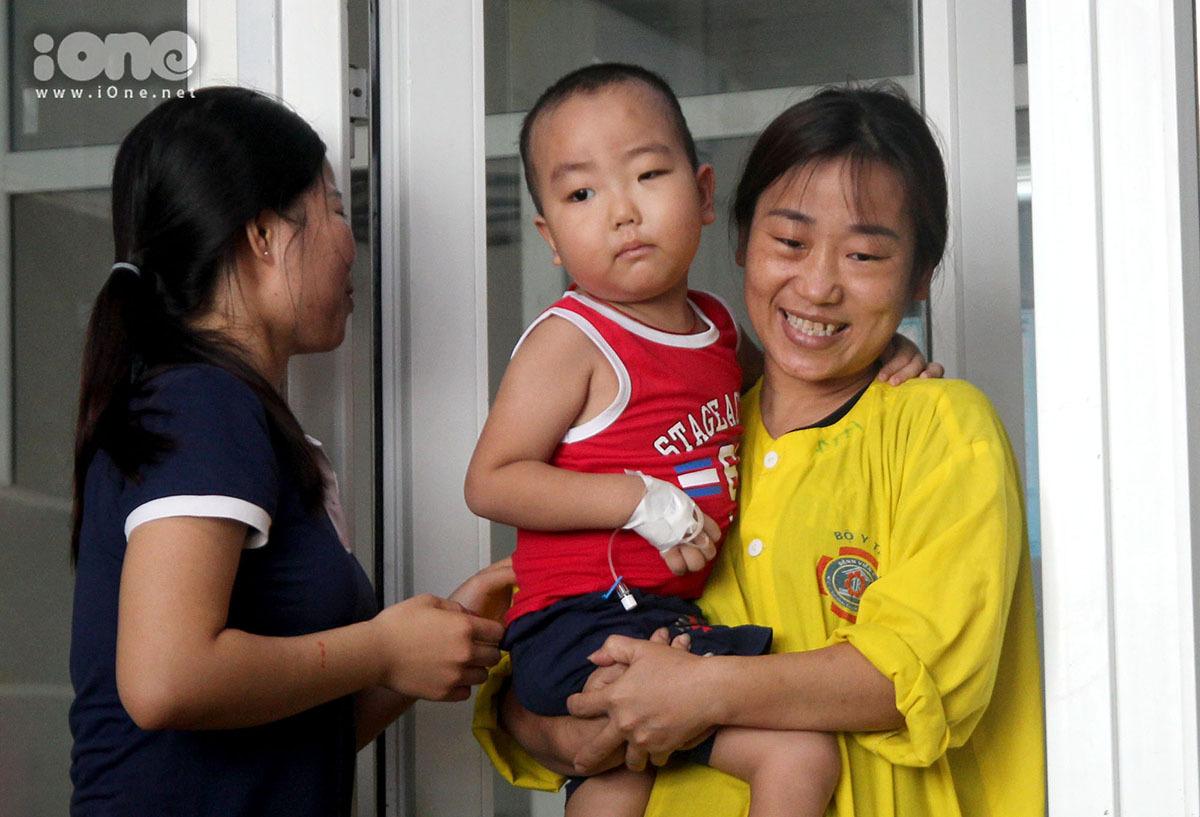 Chị Vân (Nghệ An) đưa con đến lớp học.