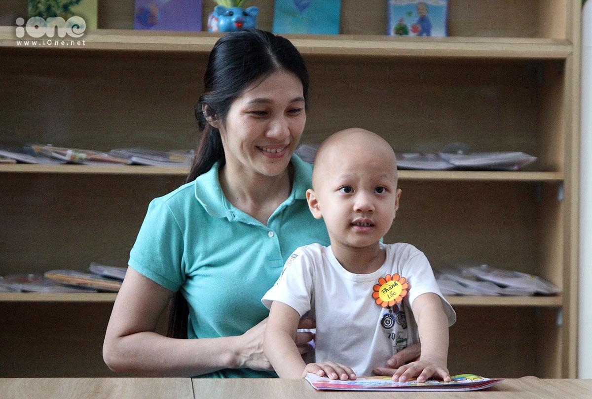 Cậu bé Thành Lộc cùng mẹ trong ngày đầu tiên đi học.