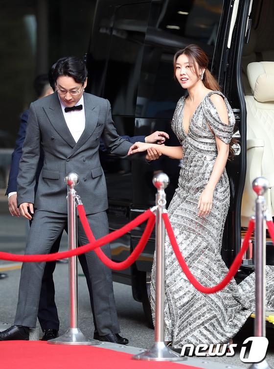 Siêu mẫu Han Hye Jin xuất hiện với bộ váy cầu kỳ, khó di chuyển.