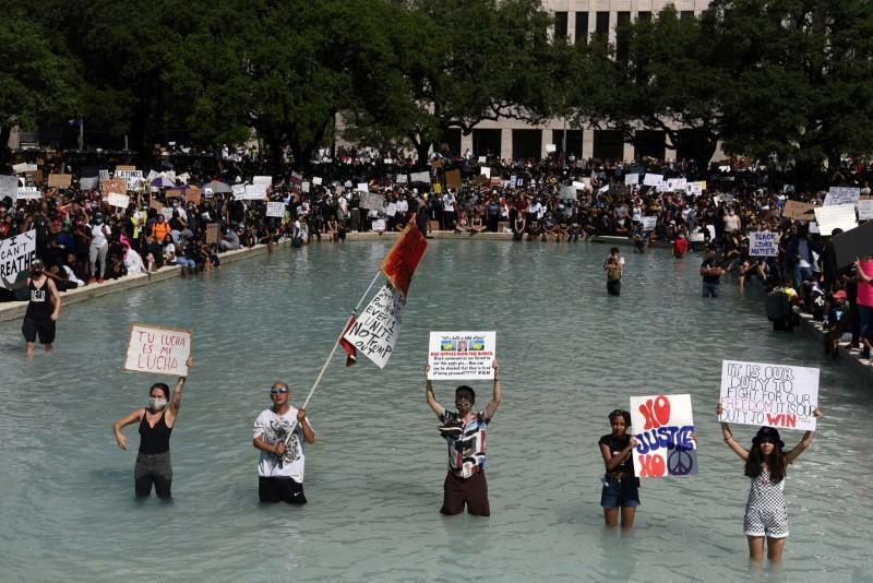 Người biểu tình đứng trong một hồ bơi bên ngoài tòa thị chính thành phố ở Houston, bang Texas ngày 2/6. Ảnh: Reuters.