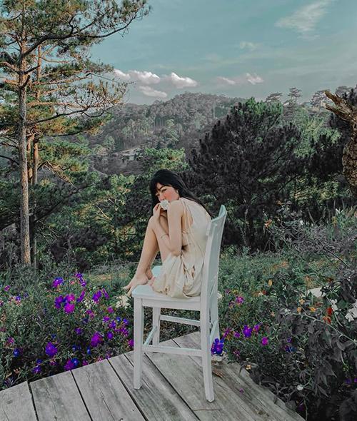 Elly Trần khoe vẻ đẹp mong manh giữa Đà Lạt thơ mộng.
