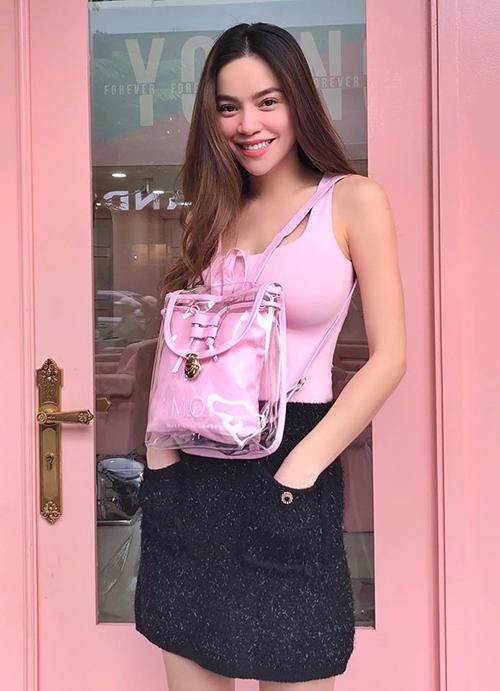 Hồ Ngọc Hà đeo ba lô ngược khiến nhiều fan nghi cô đang muốn ngầm khẳng định tin đang mang bầu.
