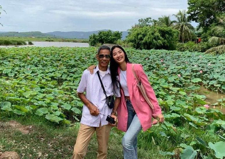 Hoàng Thùy chụp hình cùng bố cạnh ao sen quê nhà.