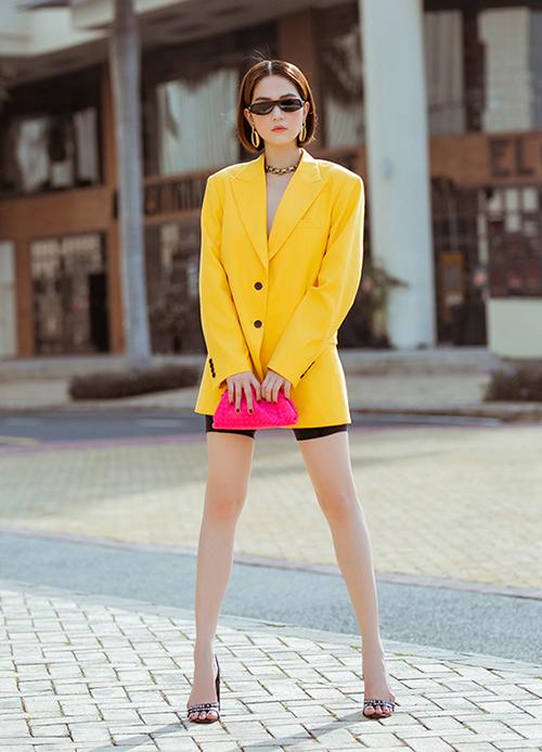 Ngọc Trinh học lối mix đồ kiểu Tây nhưng chưa thực sự thành công. Phần thân trên cô nàng diện vest cứng cáp nhưng phía dưới chỉ đi đôi sandals mỏng manh, tạo nên sự chênh vênh, không cân xứng giữa trên và dưới.