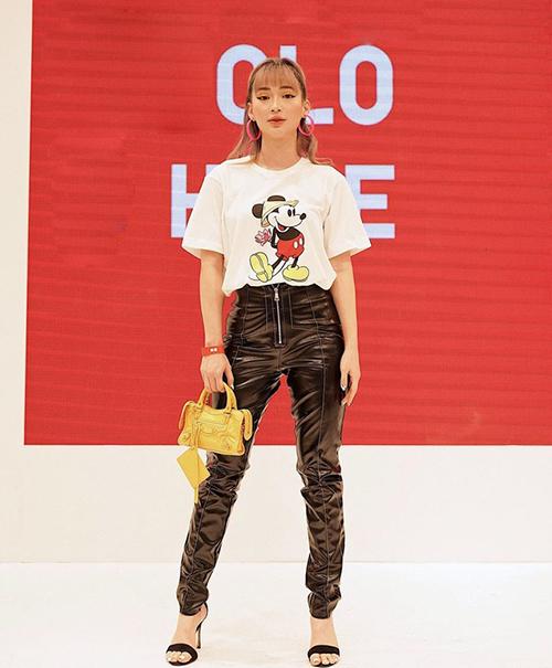 Khi mặc áo phông và quần da cá tính như Sun Ht, một đôi boots sẽ giúp tổng thể thêm chất ngầu. Tuy nhiên hot girl lại có lựa chọn hơi lạc quẻ là đôi sandals quai ngang quá nhẹ nhàng, nữ tính.