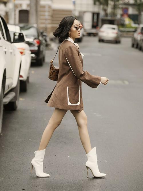 Boots cao bồi đang là mốt, tuy nhiên không phải ai áp dụng cũng thành công. Trường hợp của Diệu Nhi với đôi chân que tăm là một ví dụ. Boots quá rộng khiến cô nàng trông như đang bơi trong giày.