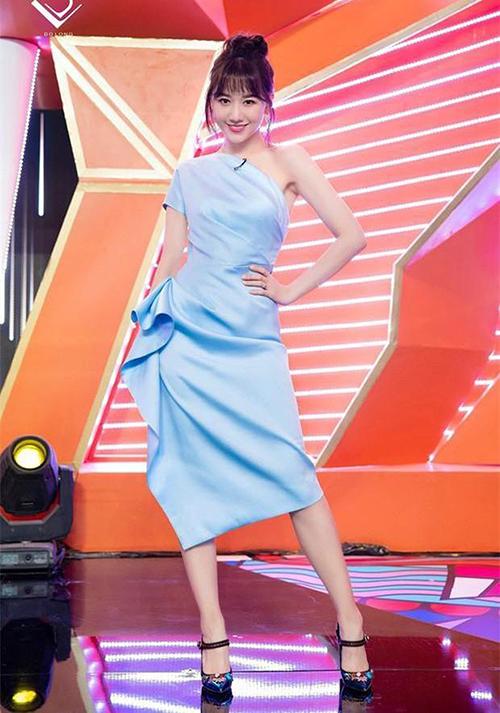 Bộ đầm xanh baby của Hari Won tươi sáng, thanh thoát bao nhiêu, thì đôi giày của cô nàng tại tối tăm, nặng nề bấy nhiêu. Nếu bà xã Trấn Thành diện một đôi cao gót không quai tông trắng, be, thân hình sẽ cao ráo hơn hẳn.