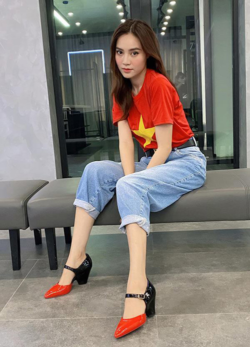 Đôi giày Chanel của Lan Ngọc tốn kém tiền mua nhưng mix cùng áo phông, quần jeans hoàn toàn không hiệu quả. Trang phục này sẽ phù hợp hơn với một đôi sneakers khỏe khoắn.