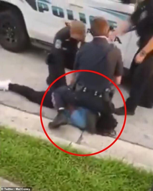 Hành động ghì chân lên cổ người đàn ông da màu của viên cảnh sát.