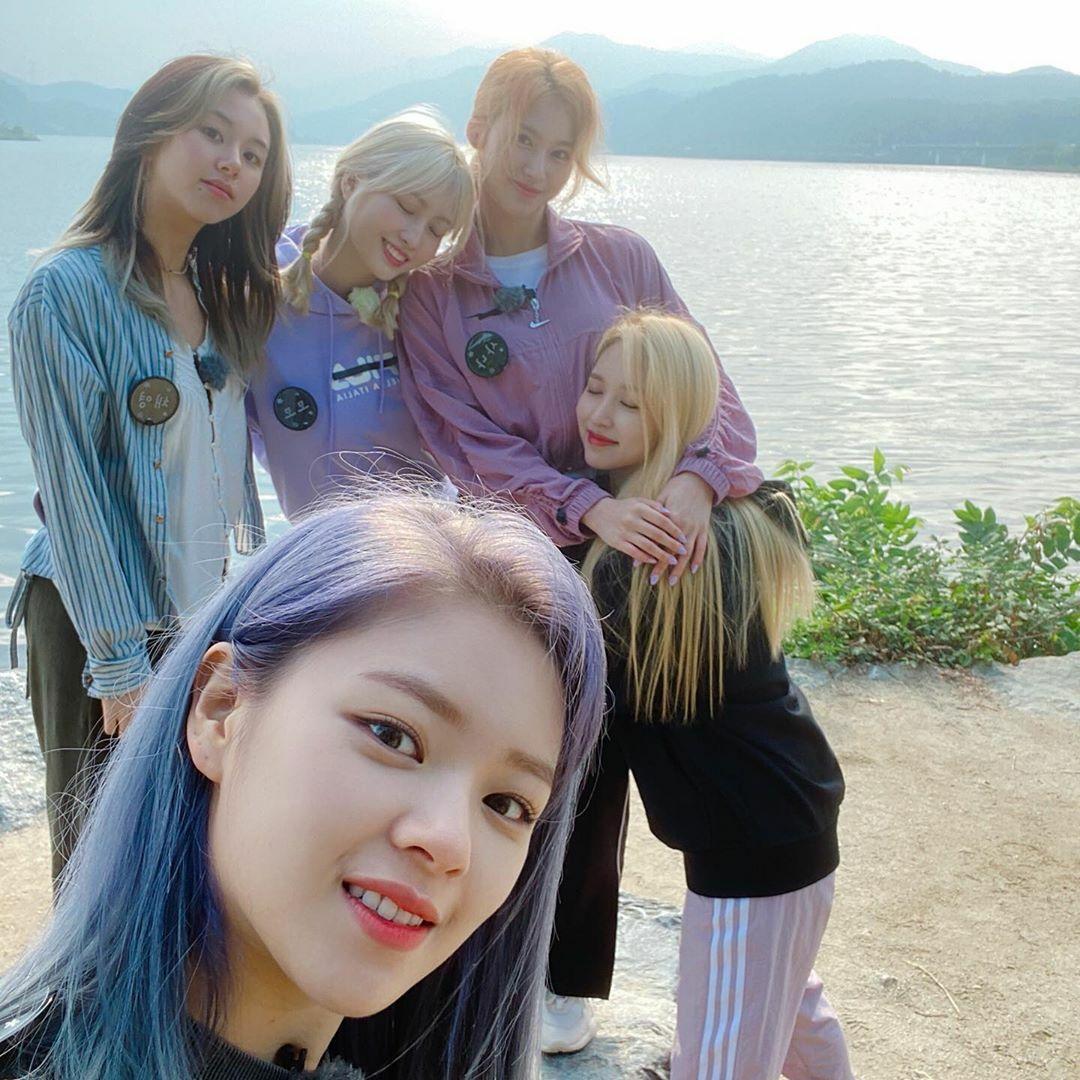 Jeong Yeon chụp selfie cùng Chae Young, Momo, Sana và Mina.