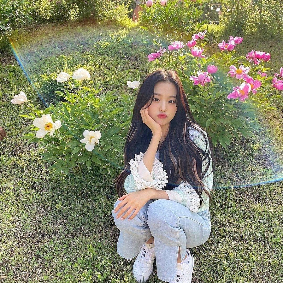 Jang Won Young xinh yêu tạo dáng bên hoa.