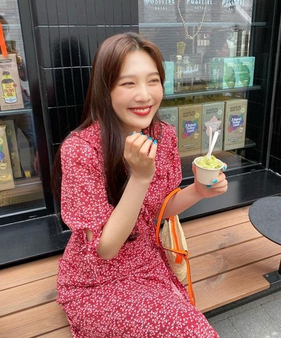 Joy cười tít mắt với biểu cảm hí hửng khi được ăn kem.